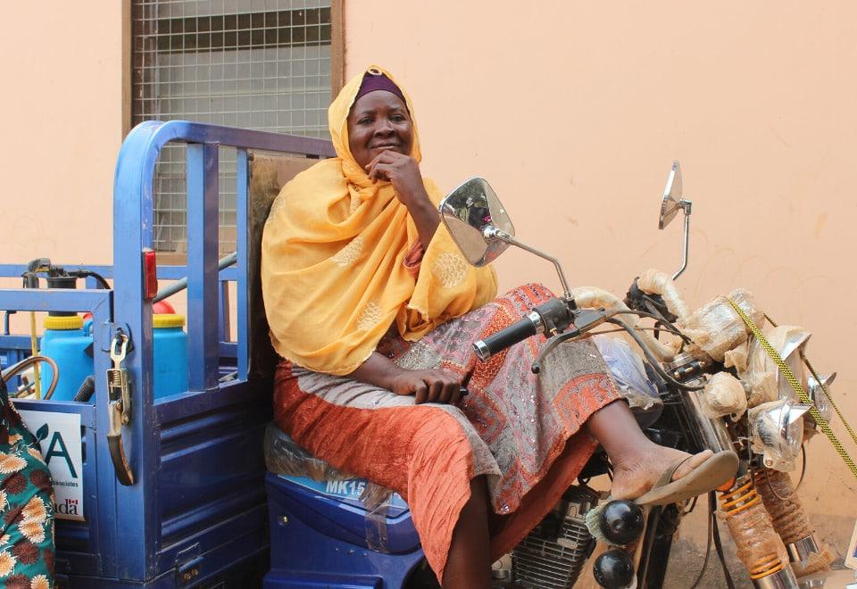 Femme sur moto avec camion