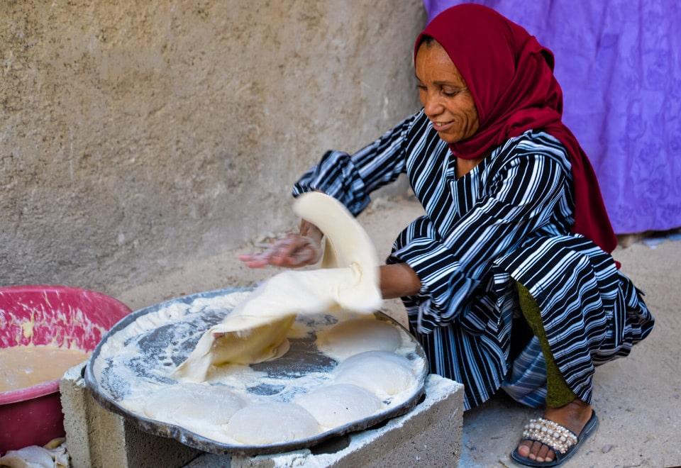 Femme faisant de la nourriture